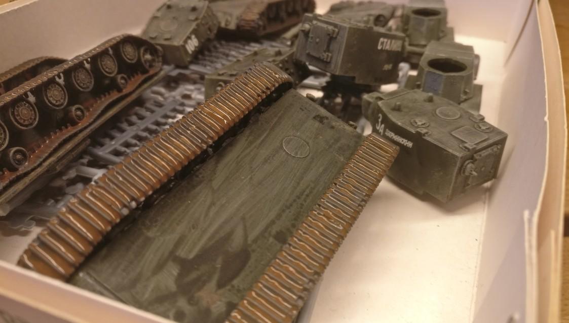 "Hier trocknet gerade die Lasur aus Lederbraun auf den Ketten der beiden KV-Panzer des Set Pegasus 7665 ""KV-1 Early & KV-2"""