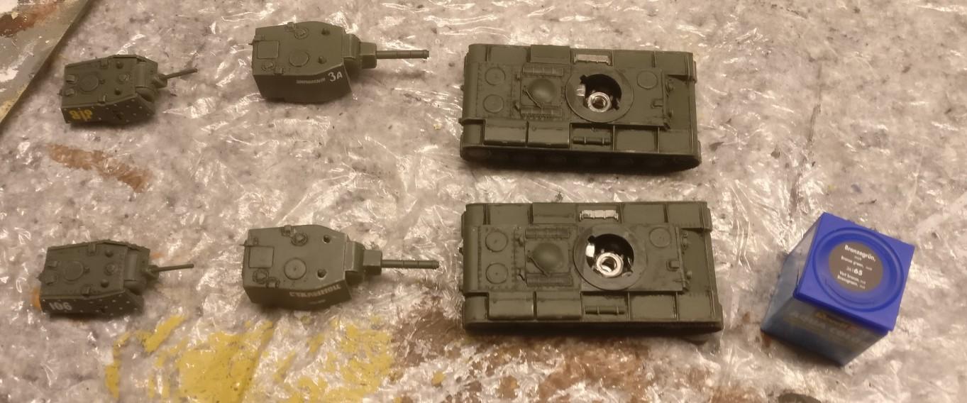 """Bronzegrün ist aufgetragen: die beiden KV-Panzer aus dem Set Pegasus 7665 """"KV-1 Early & KV-2"""" wirken schon recht sturmilike."""