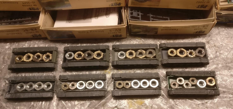 Die acht Fahrzeuge aus den PST-Bausätzen erhalten Ballastgewichte in die Wanne.