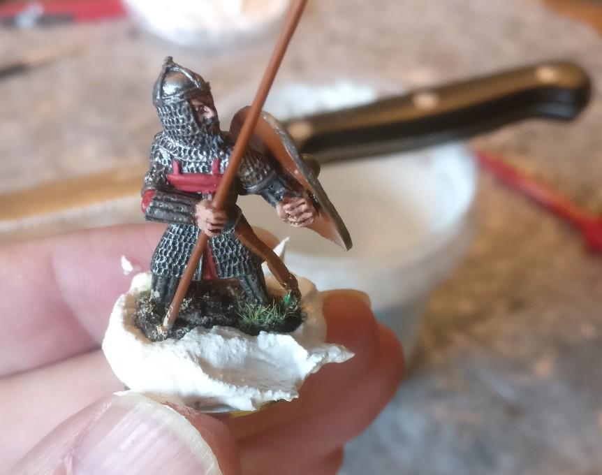 Einer der nunmehrigen byzantinischen SAGA-Krieger steht bereits auf der 25mm-SAGA-Base. Mit Strukturpaste gebe ich ihm Halt und Untergrund.