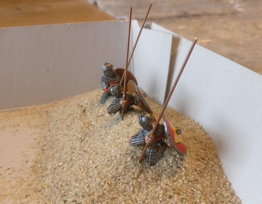 Grober Vogelsand rieselt auf die byzantinischen SAGA-Krieger und wird sich in der Strukturpaste festsetzen.