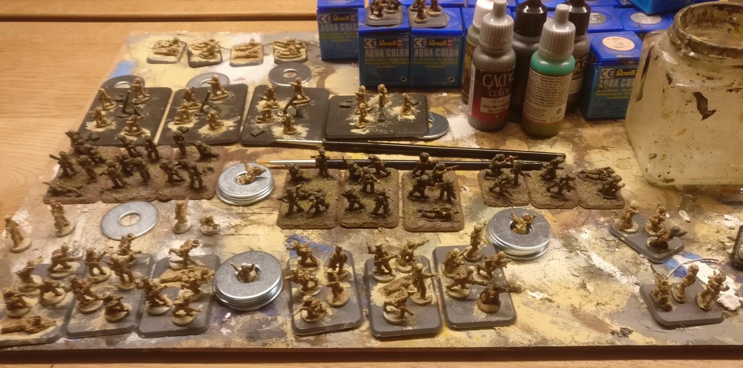 Die Produktion läuft. Ich belasse die 15mm Figuren auf den Basen. So lässt es sich gut arbeiten. Später werde ich die British Infantry Figuren von den alten FoW-Basen abnehmen.