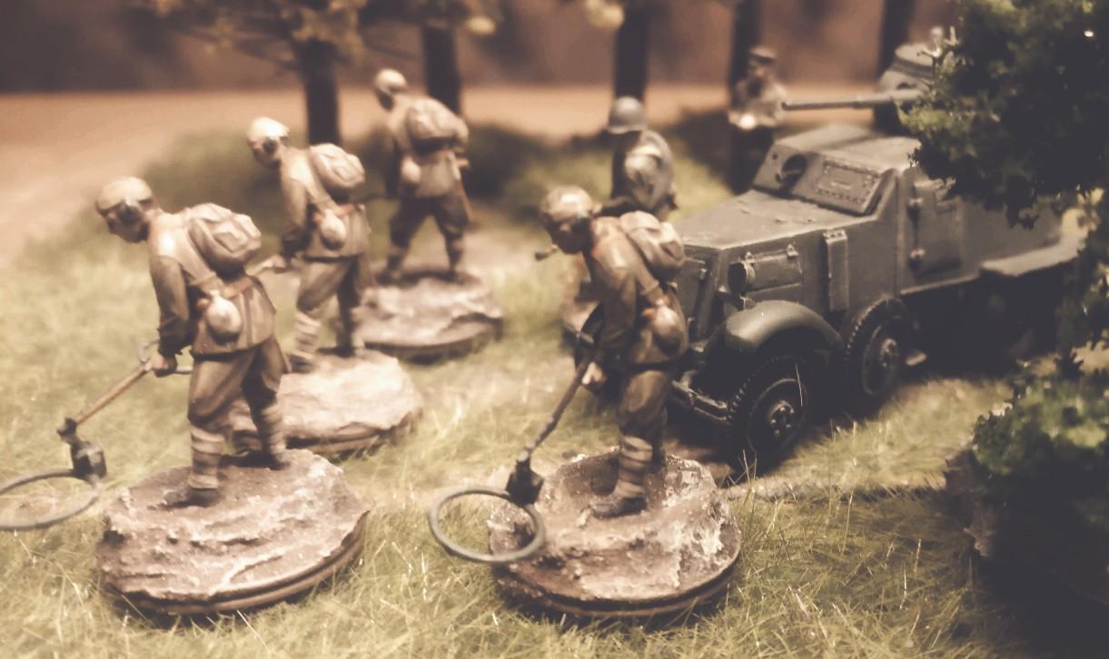 Ein 6-Rad Panzerspähwagen BA-6 Armored Car der 5. Gardepanzerarmee. Schützen räumen Minen.