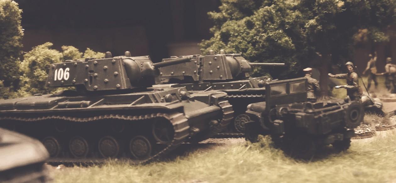 Zwei schwere Panzer KV-1E der 5. Gardepanzerarmee.