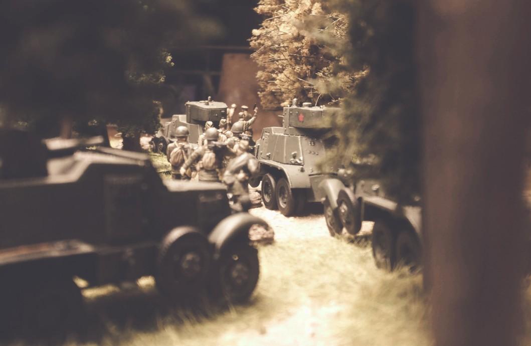 Eine Kolonne Aufklärer mit BA-6 Armored Cars der 5. Gardepanzerarmee auf dem Marsch durch die Wälder hinter Smolensk.