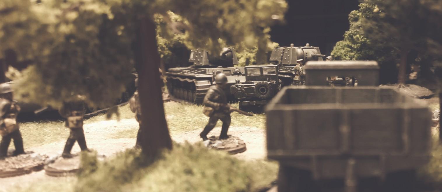 Unter den Bäumen stehen abgetarnt GAZ-Lkws und anderes Gerät der 5. Gardepanzerarmee.