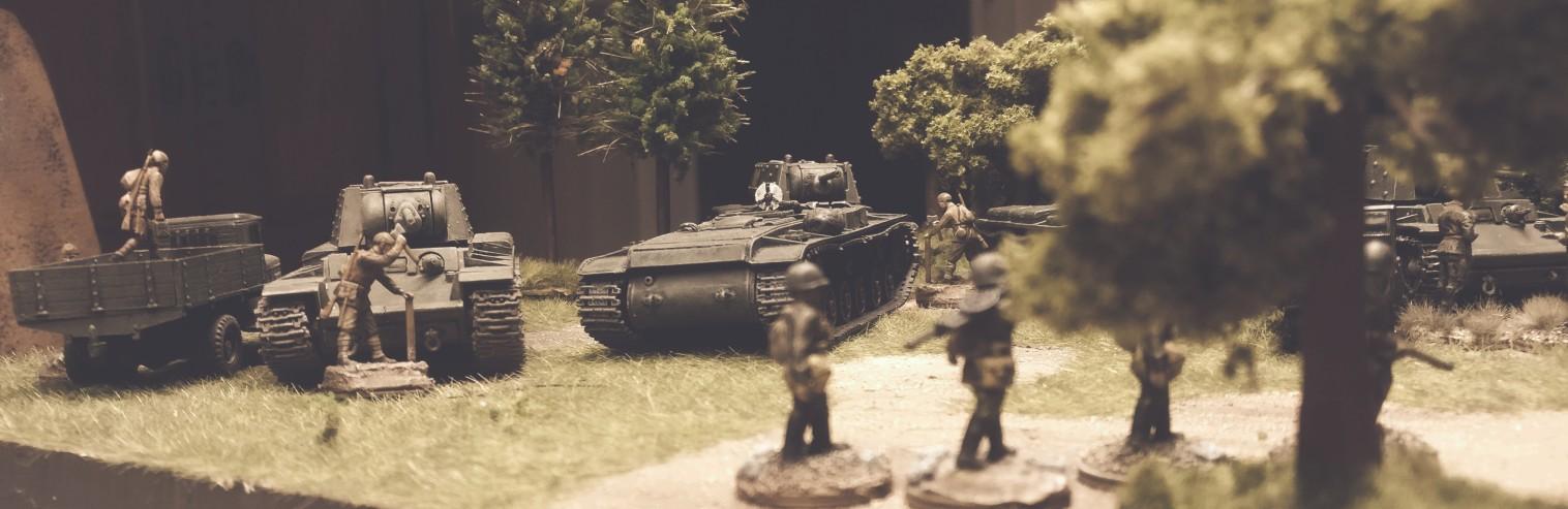 Schützen der 5. Gardepanzerarmee marschieren in Kolonne. Im Hintergrund ein Bergepanzer KV-T (PST 72038).