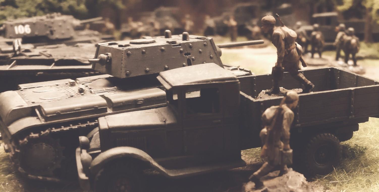 Die schweren Panzer KV-IE werden aufmunitioniert. Ein GAZ-Lkw der 5. Gardepanzerarmee liefert an.