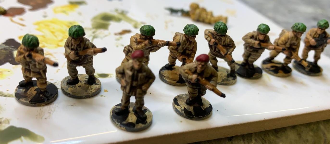 Die ersten Figuren von Marks 15mm Late War British Infantry 1944-45 (WW2015003) sind bereit zum gebased werden.