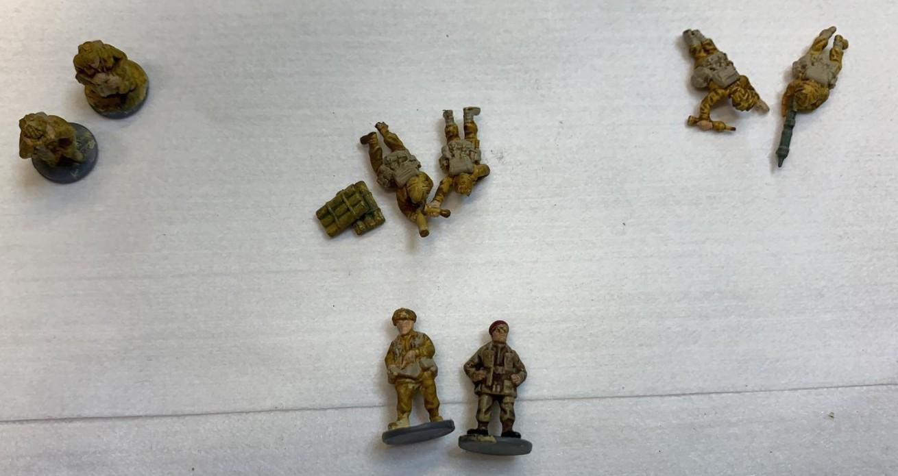 Mark hat etliche Figuren aus dem Set 15mm Late War British Infantry 1944-45 (WW2015003) vorbereitet.