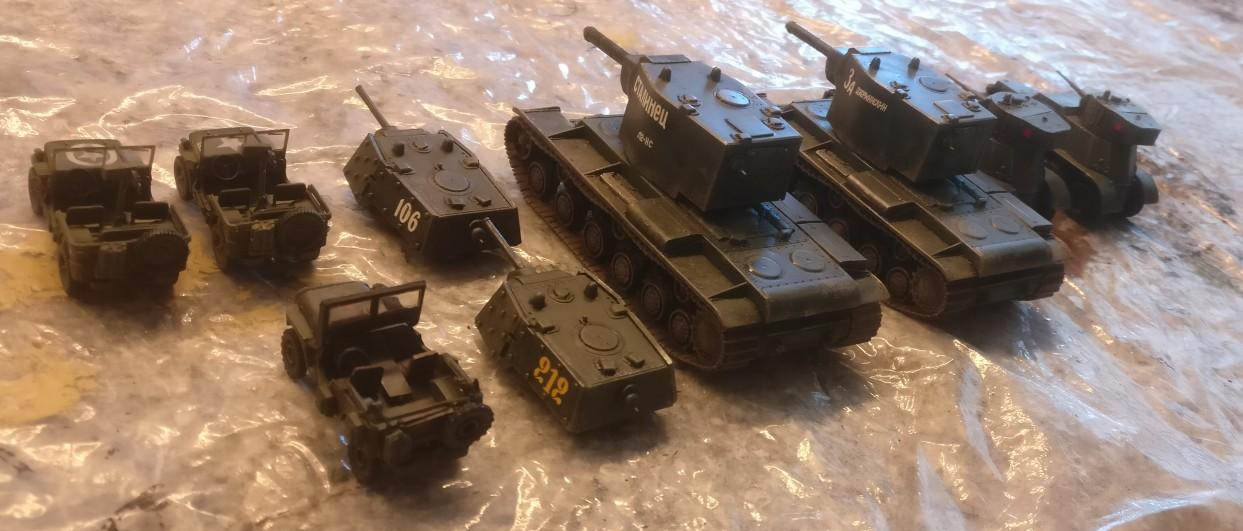 """Zwei KV-Panzer mit Wechseltürmen (Pegasus 7665 """"KV-1 Early & KV-2""""), zwei 6-Rad-Spähpanzer BA-6 (Pegasus 7672 """"BA-6 Armored Cars"""") sowie ein Jeep unbekannter Herkunft und ein Doppelset: (Dragon Armor 60505 """"US ARMY Jeeps 2 x 1/4 TON 4x4 Set & .30 Cal. Machine guns"""")"""