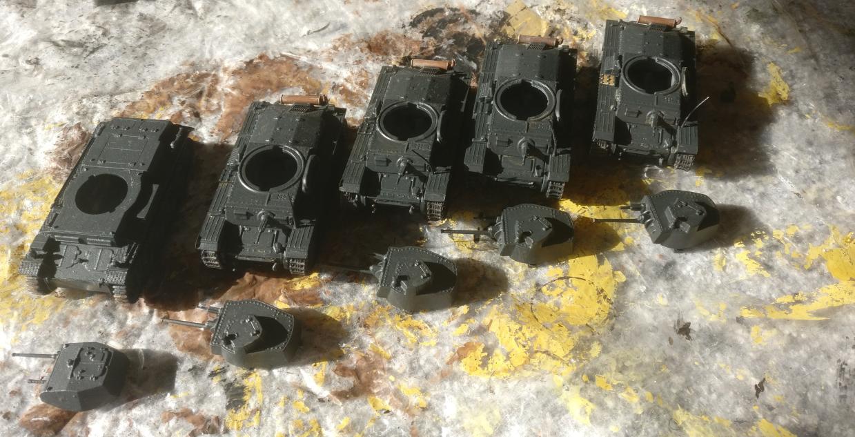 Die vier Pragas und der Panzer II Ausf. D1 nach dem Trocknen der Grundierung.