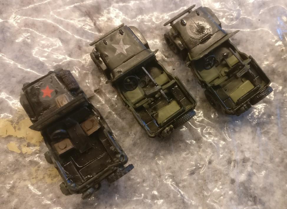 """Frisch mit Black wash überzogen: der alte Jeep aus der Krabbelkiste und die beiden flammneuen Dragon Armor 60505 """"US ARMY Jeeps 2x 1/4 TON 4x4 Set & .30 Cal. Machine guns"""""""