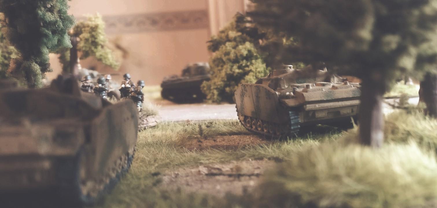 Die beiden StuG III unterstützen die stürmenden Panzergrenadiere.  Im Wald kommt man auf Ideen...