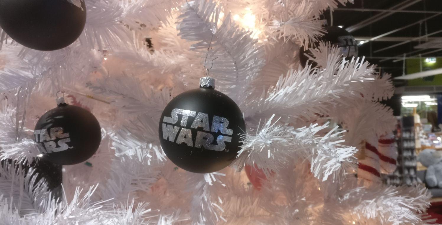 Aber auch so ne schwarze Christbaumkugel kommt für alle Star Wars Fans total gut!
