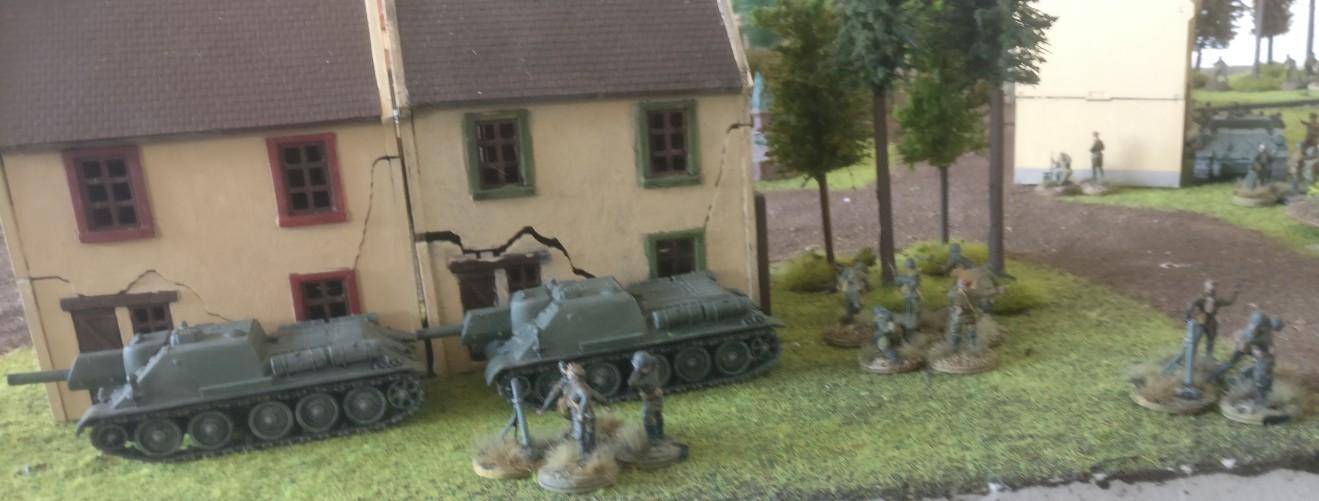 Zwo SU-122 Keiler hinterm Haus.