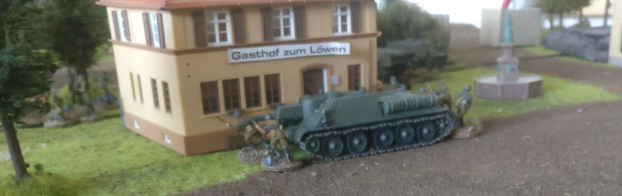 Noch ein SU-122 Keiler hinterm anderen Haus.