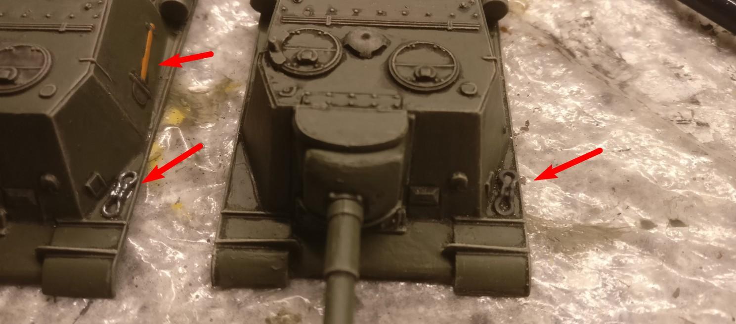 Zum Schluss stehen Details auf dem Aufbau der ISU-152 auf dem Plan. Dies sind die Schäkel auf der Kettenabdeckung und die Werkzeuge. Die Schäkel (rechts unbemalt) werden mit Panzergrau grundiert und mit einer Lasur aus Gun Metal überzogen.