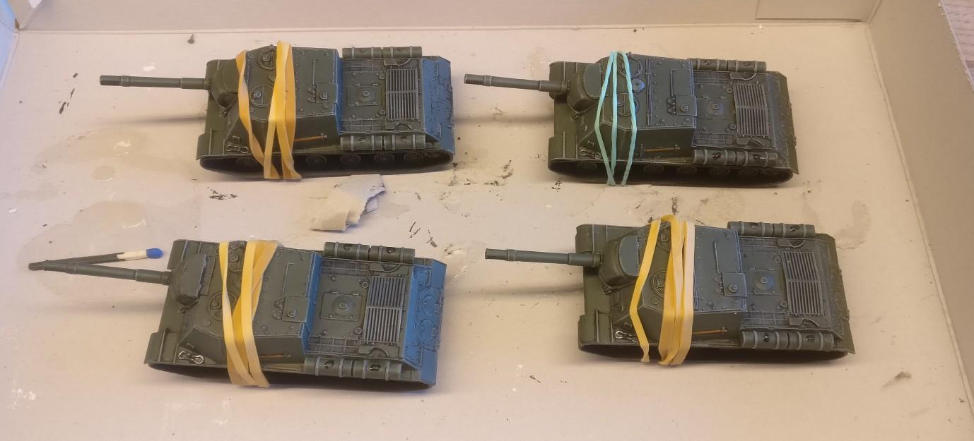 Bei der Montage der Aufbauten der ISU-152 muss mit Gummibändern nachgeholfen - sprich arretiert - werden.  Die Passgenauigkeit der Bausätze Italeri 7503 ISU 122 ist grottig.