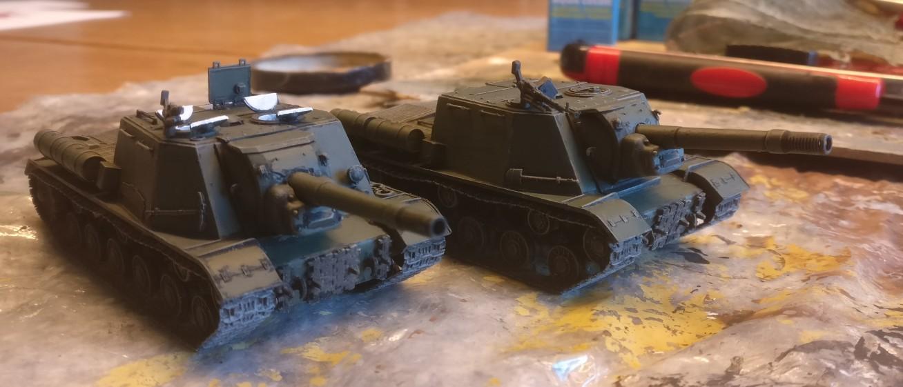 Die beiden ISU-152 nach dem Auftrag der Bronzegrün.