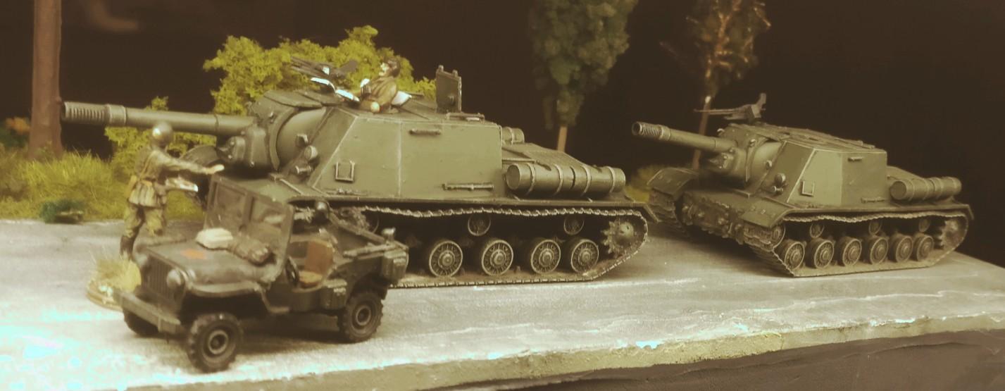 Die beiden fertigen ISU-152.