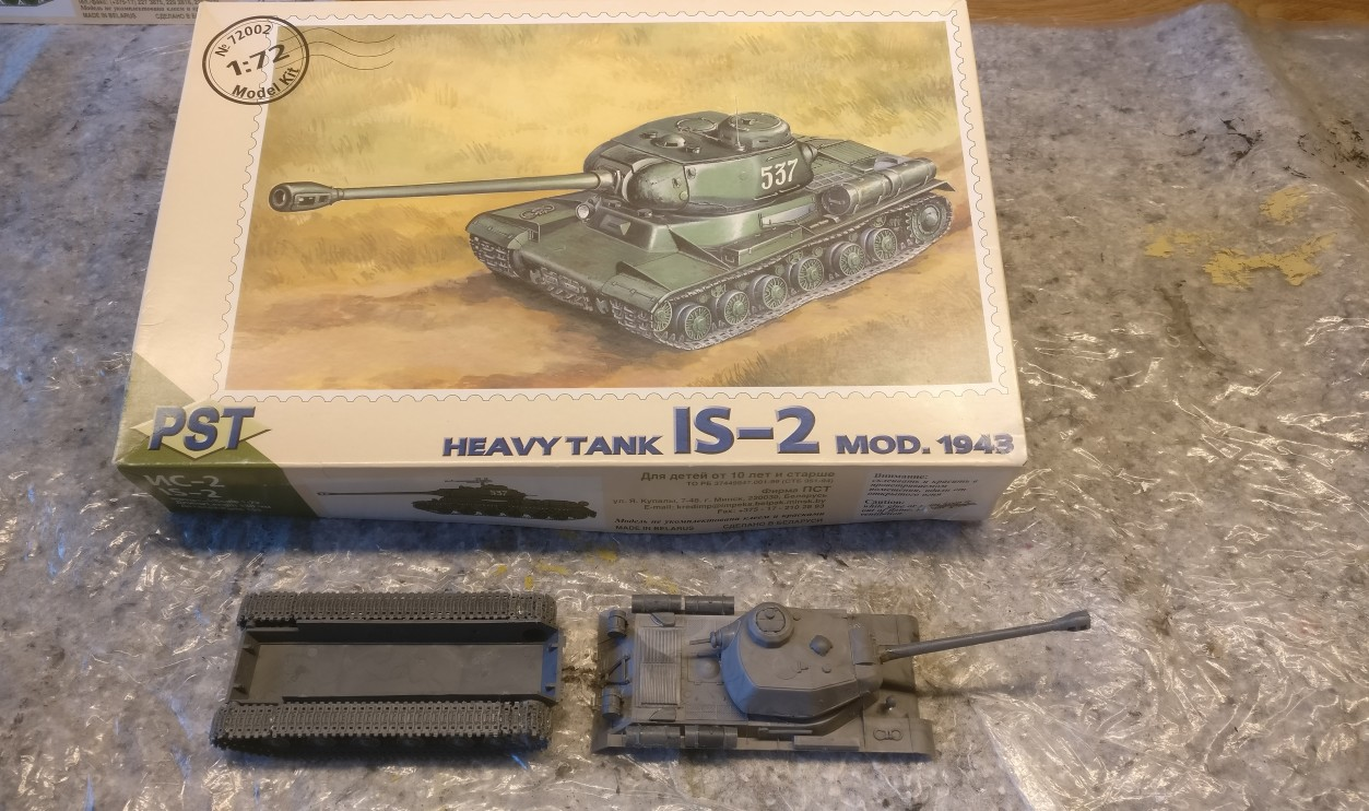 Der Bausatz PST 72002 IS-2 Heavy Tank, davor das unbemalte  Modell, wie ich ihn von Dominic bekam.