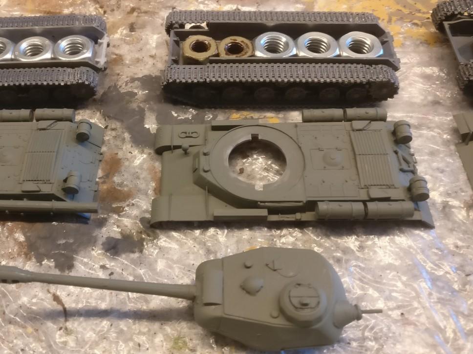 Der Bausatz PST 72002 IS-2 Heavy Tank nach der Grundierung mit Revell Aquacolor 36167 Grüngrau