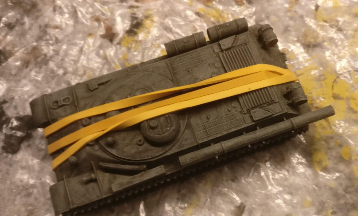 Der PST 72039 IS-2MT bei der Endmontage. Der Aufbau wird zuletzt montiert. Beim Aufsetzen auf der Panzerwanne musste ich feststellen, dass ein Millimeter fehlte. Die zeitliche Lücke bis zum Haften des Klebstoffs überbrückte ich mit dem Einmachgummi.