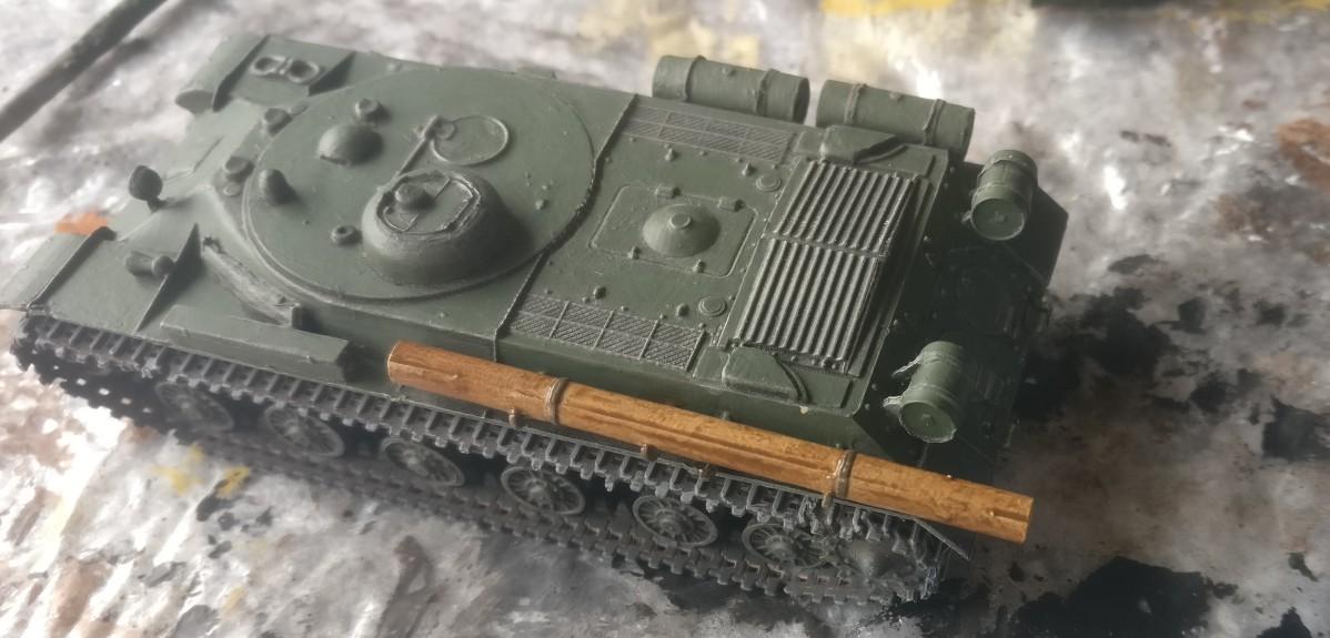 Der Baumstamm auf dem PST 72039 IS-2MT nach dem Auftrag der Lasur Lederbraun.