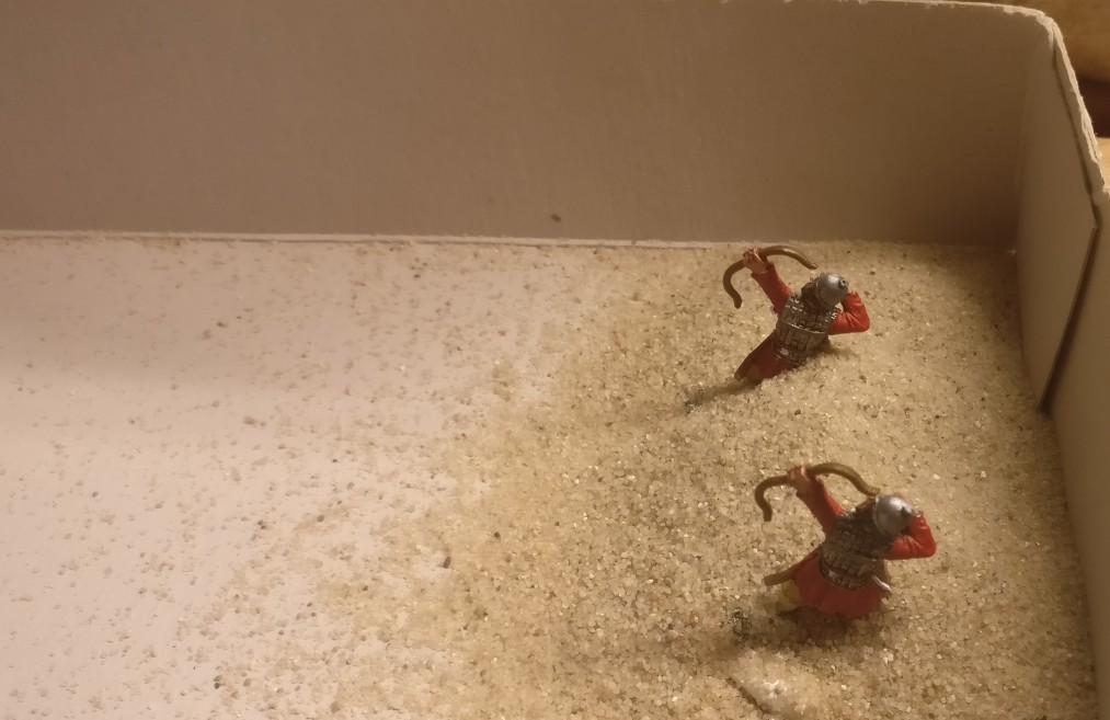 Zwei der einzeln basierten Figuren. Der Sand wurde auf die noch feuchte Strukturpaste gestreut. So ergibt sich eine Oberfläche der Base, welche jener von XENAs Basen sehr nahe kommt.
