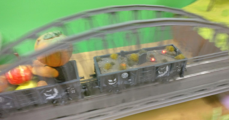 Hier nochmal der Friedhofswagen auf der Brücke, der umgebaute Märklin 44232 Halloween Wagen Glow in the Dark