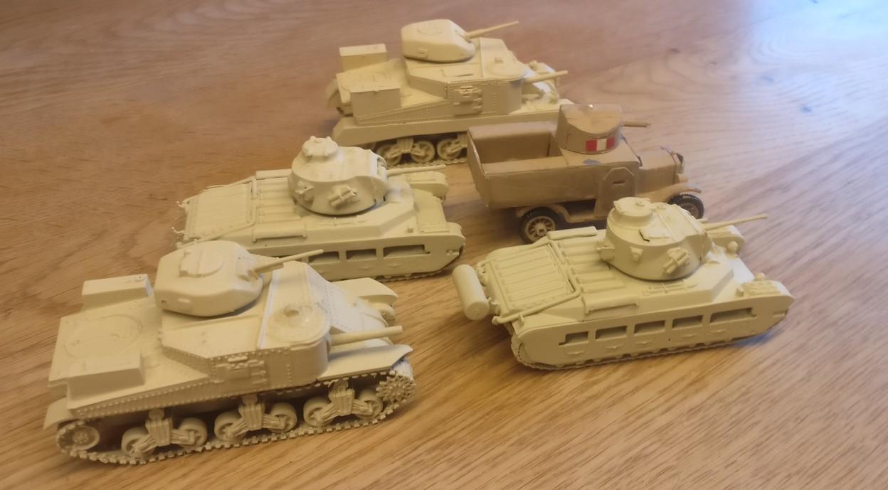 Ein wenig britisches Gerät für Nordafrika. Zwo Matilda II und zwo M3 Grant sowie einen umgebauten uralten Ford-T mit MG-Turm...