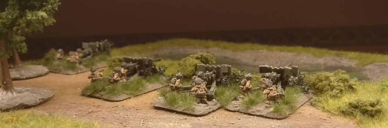 Das Flames of War Airborne 57mm Anti Tank Platoon in Feuerstellung am Sumpf.