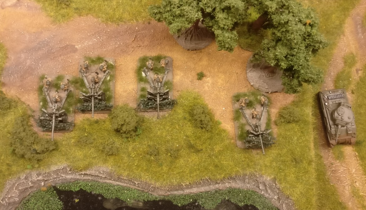 EIn M4 Sherman Tank unterstützt das Flames of War Airborne 57mm Anti Tank Platoon.