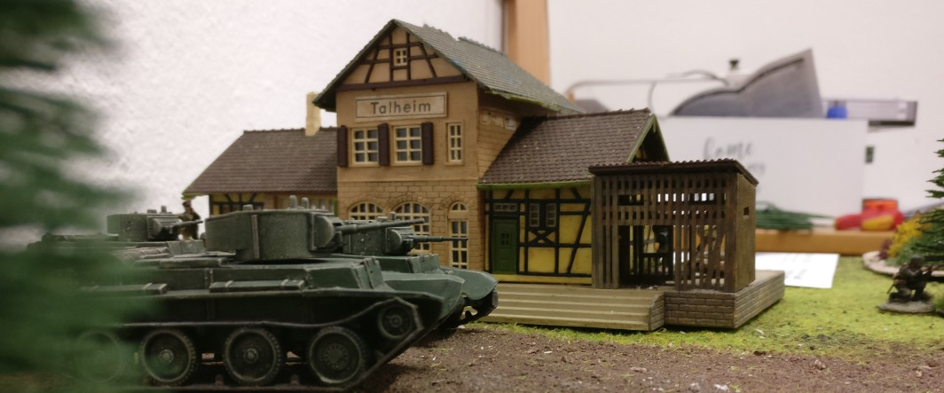 Ein leichter Panzer BT-7 rollt am Bahnhof vorbei.
