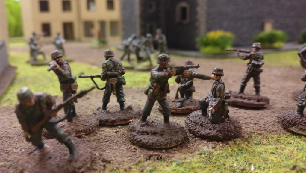Dominics Feldgraue: Deutsche Panzergrenadiere in einem russischen Dorf am Pripjet.