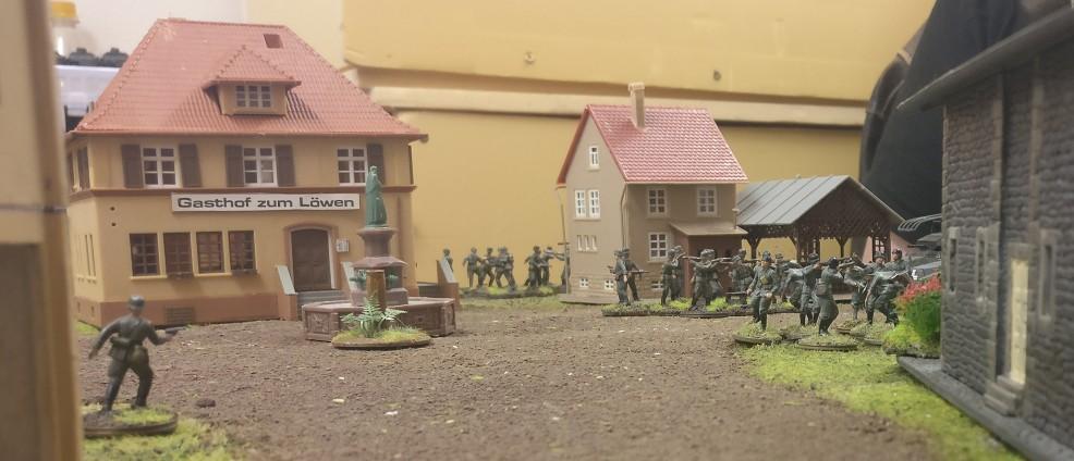 Das Spiel beginnt. Es kommt Bewegung auf bei den Herren Panzergrenadieren .