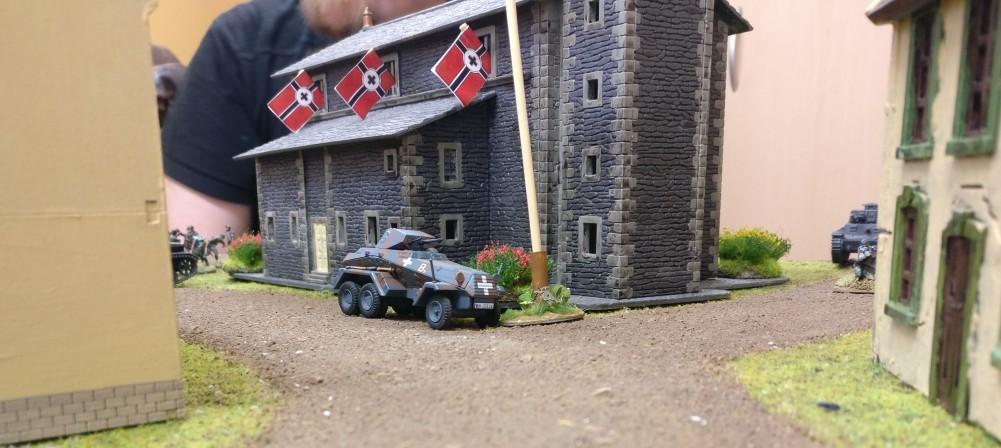 Dominic besetzt den ersten Geländemarker mit seinem Spähpanzer  Sd.Kfz. 231 (6-Rad).