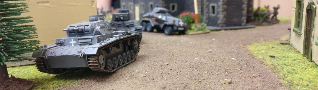 An Dominics Spähpanzer  Sd.Kfz. 231 (6-Rad) rauscht ein Pz.Kpf.Wg. III vorbei und rollt gen Ortsausgang.