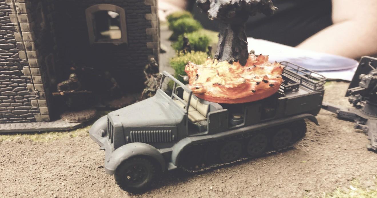 Treffer auf dem Sd.Kfz. 9 (Sonder-Kraftfahrzeug 9 − Schwerer Zugkraftwagen 18 t)  FAMO F3.