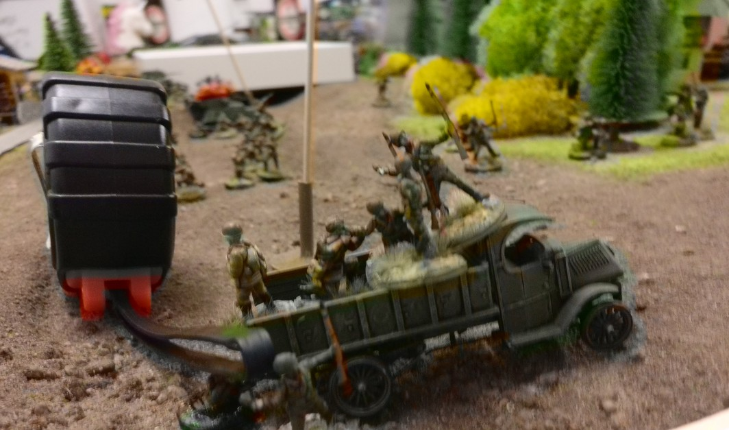Die Russen kommen! Sturmis Rotarmisten rollen mit allem was geht nach vorne. Hier ein GAZ Lkw mit Infanteristen an Bord.