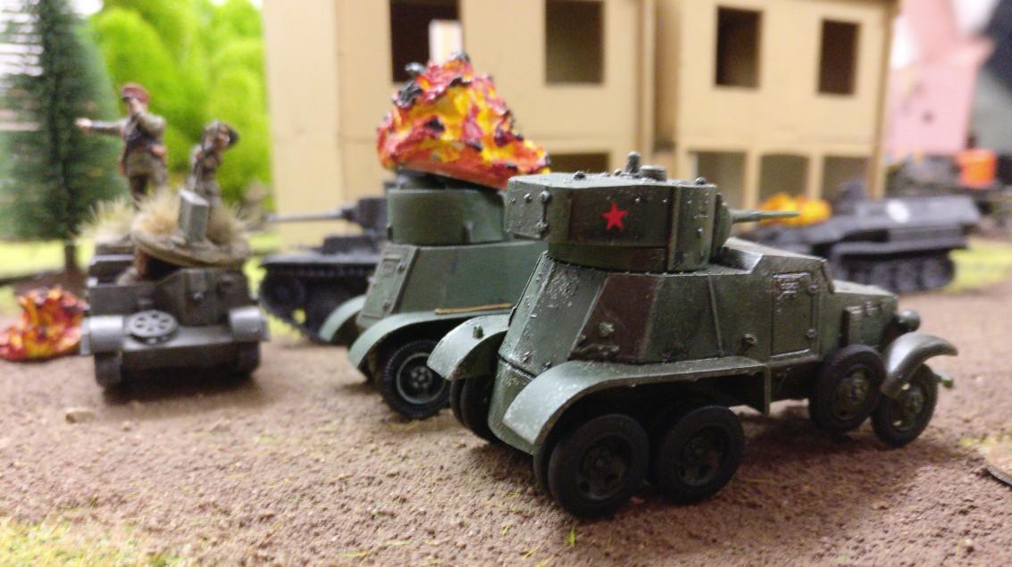 Trotz großer Verluste greifen Sturmis Rotarmisten weiter heftig in die Kämpfe im Dorf am Pripjet ein, Die BA-6 Armored Car nehmen alles unter Feuer, was sich zeigt.