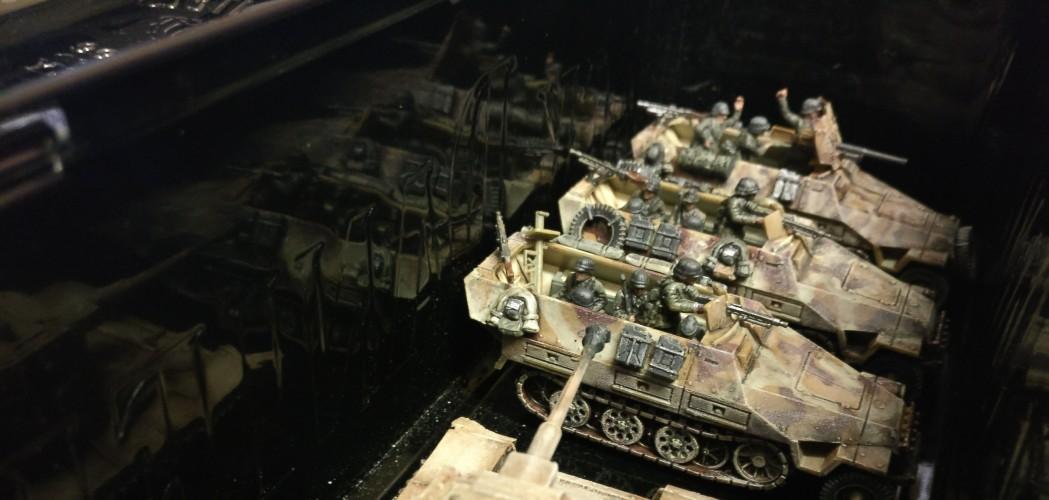 Ein Heiligtum, wie man an der edlen Kassette zur Aufbewahrung derselben unschwer erkennt. Drei Schützenpanzerwagen Sd.Kfz.251 Ausf. D. Vornedran steht ein erbeuteter KV-1.
