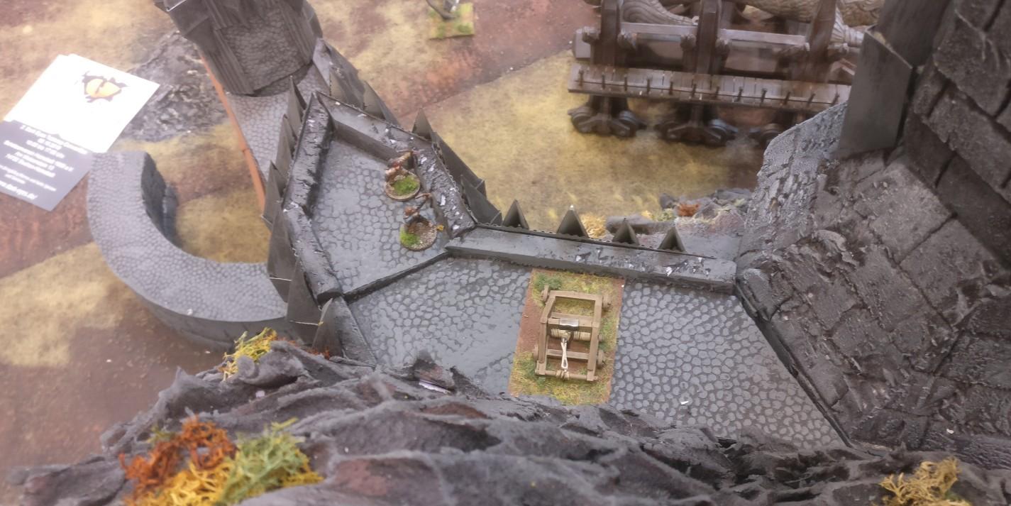 Katapulte und Bogenschützen auf den Zinnen von Morannon, dem großen Tor von Mordor.