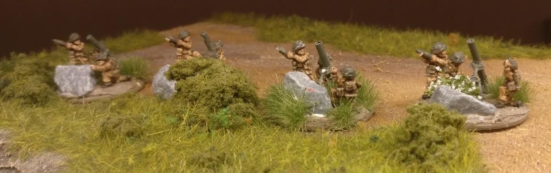 Die übrigen Ordnance ML 3-inch mortar bekommen auf ihre Base ausschließlich Grasbüschel von MiniNatur.