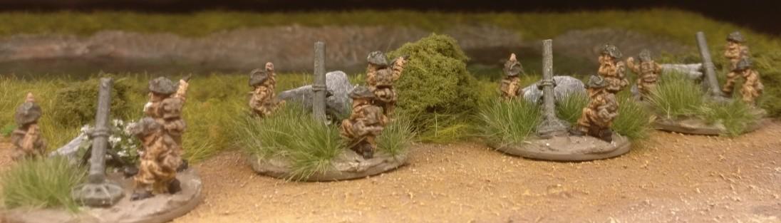 Die kleine Truppe  mit ihren Ordnance ML 3-inch mortar von hinten.
