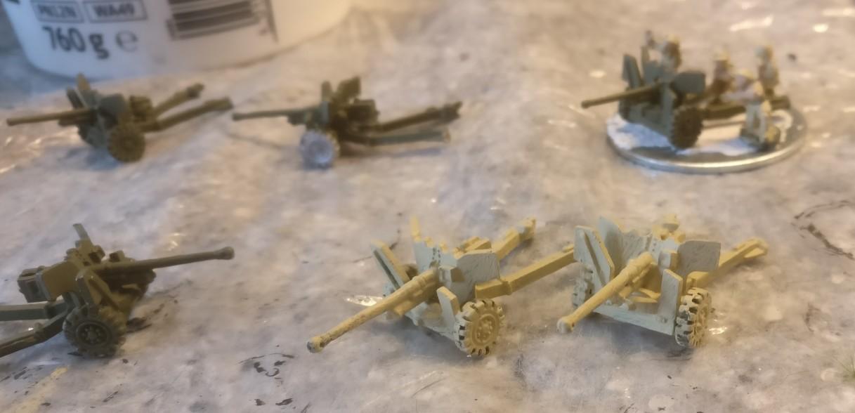 Grundiert mit dem Revell Aquacolor 36314 Beige: Rechts vorne sieht man die beiden Ordnance QF-6-Pfünder-7-cwt für die 8th Army.