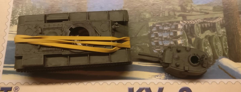 Die Endmontage des Aufbaus auf der Wanne ich immer etwas tricky. Um kleine Lücken zu vermeiden, lasse ich den Aufbau mittels eines Gummibandes auf der Wanne anpressen. Es hilft.