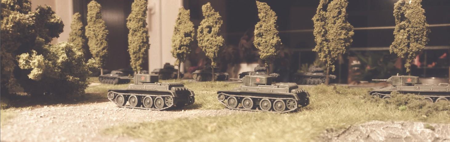 """Die drei """"Zvezda 6129 BT-5 Light Tank"""" wurden keinesfalls zu spät in Dienst gestellt. Todesmutig werfen sie sich dem Feind entgegen."""