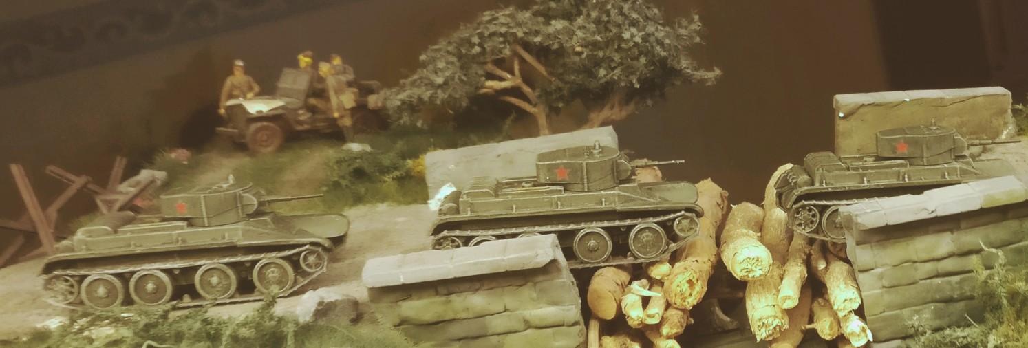 Die drei BT-5 eilen dem Feind entgegen. Über eine notdürftig wieder instandgesetzte Brücke geht es an die Front.